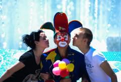 Уральский майор в костюме клоуна подарил владивостокцам поцелуи