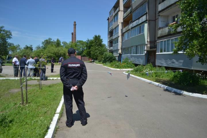 Около аварийного дома в Уссурийске дежурят сотрудники полиции