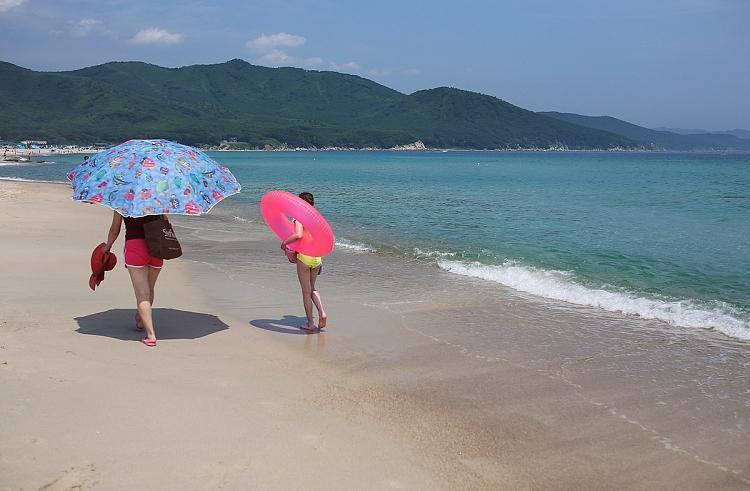 Приморцы обсуждают произошедшее на популярнейшем в крае пляже
