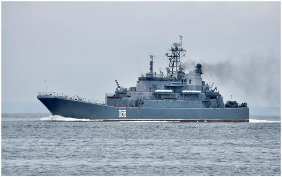Большой десантный корабль сел на мель у берегов Владивостока
