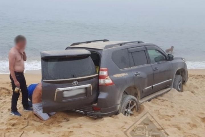 Хабаровчане на внедорожнике закопались в приморском песке