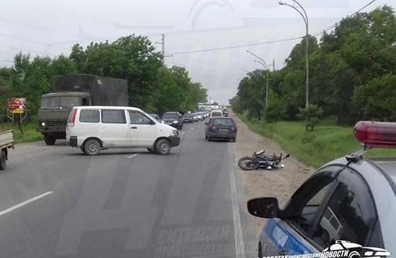 Микроавтобус сбил мотоциклиста в Приморье