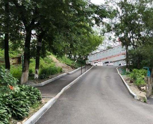 Во Владивостоке завершается ремонт дороги во дворе многоквартирного дома