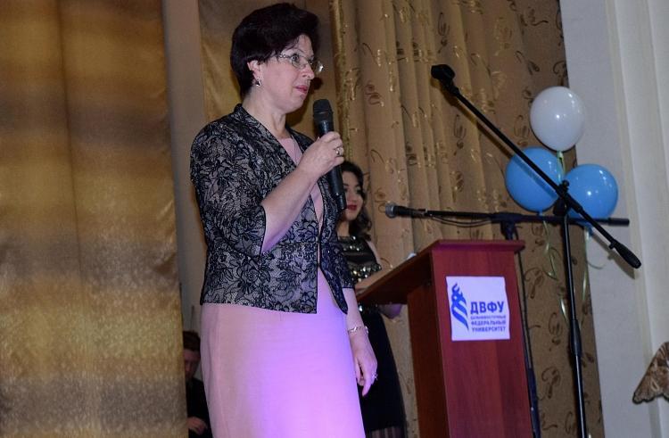 Вице-губернатор Ирина Мануйлова вручила дипломы лучшим выпускникам Школы педагогики ДВФУ