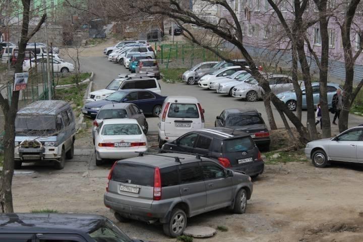 Отвалившаяся облицовочная плита повредила автомобиль во Владивостоке