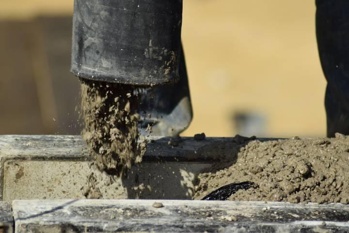 Во Владивостоке женщину и три автомобиля залило бетоном