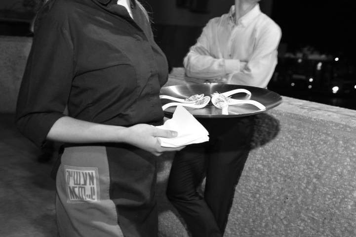 Во Владивостоке официант необычным способом заработал чаевые