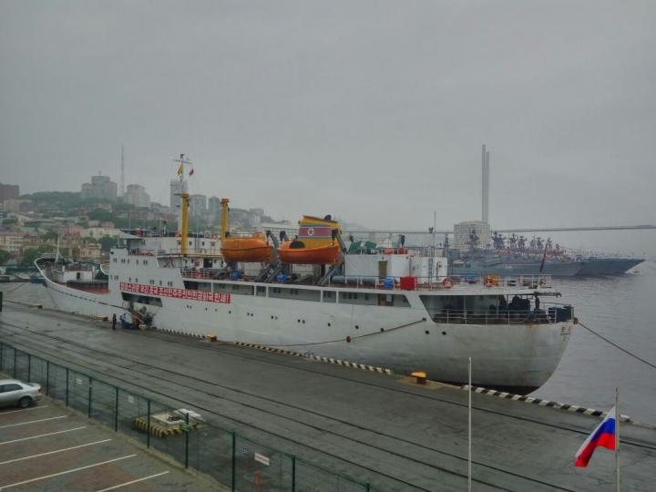 Северокорейское судно застряло в морском порту Владивосток