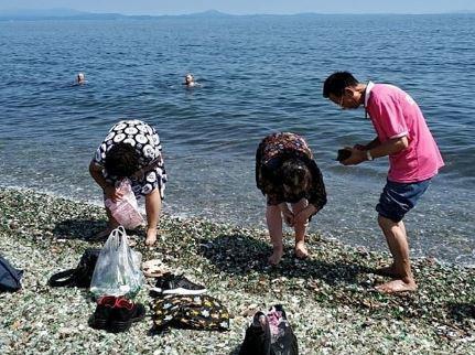 «Пакетами тащут»: толпы интуристов «атаковали» пляж в бухте Стеклянной