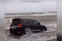 В Приморье искупали в море Toyota Land Cruiser-200