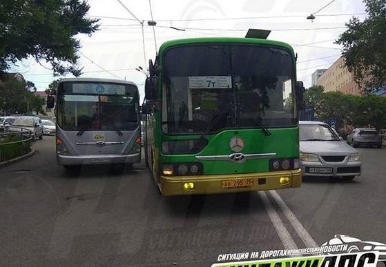 Два маршрутных автобуса не поделили дорогу во Владивостоке