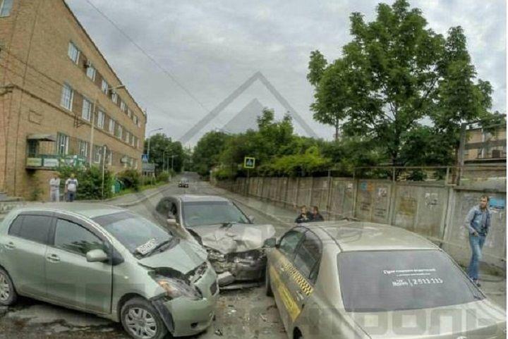 Три автомобиля разбились на пустой дороге во Владивостоке