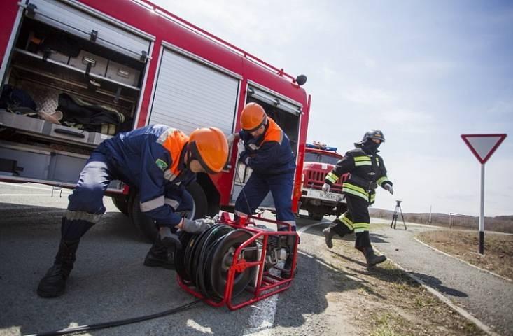 Эвакуатор и самосвал загорелись в Приморье
