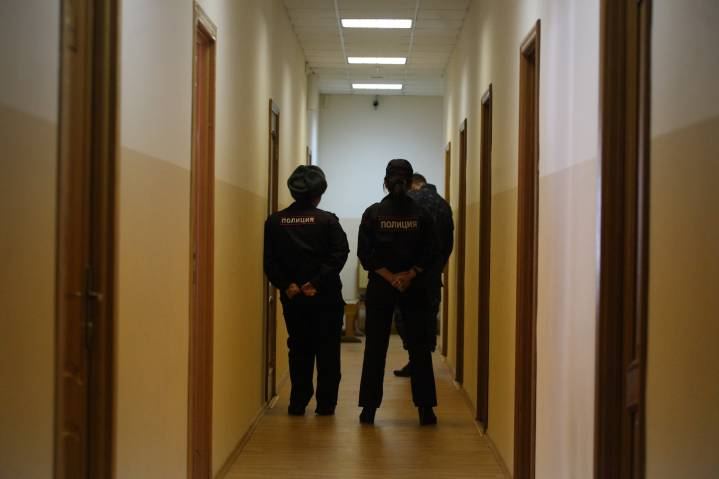 В Приморье родственники пришли за ребенком в детский сад с пистолетом