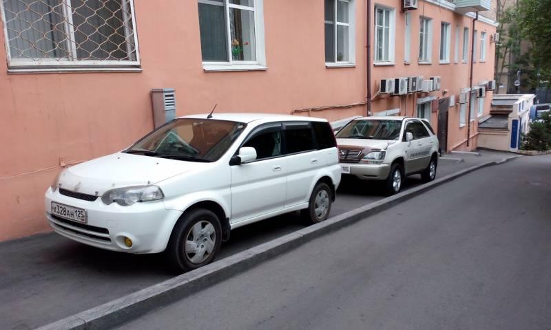 Автомобилисты запарковали тротуары в центре Владивостока