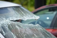Металлическая труба насквозь проткнула автомобиль во Владивостоке