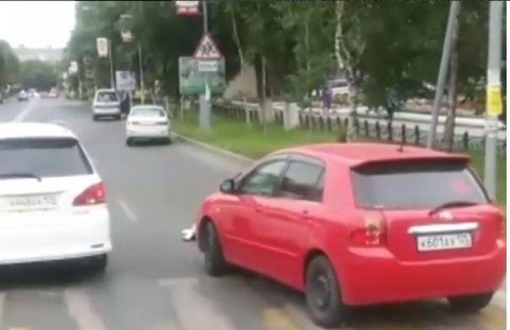 Девушка сбила пешехода на зебре в Приморье и помогла ему встать
