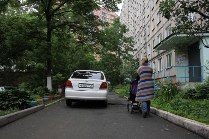 Молодые родители сняли на камеру «мастеров парковки» во Владивостоке