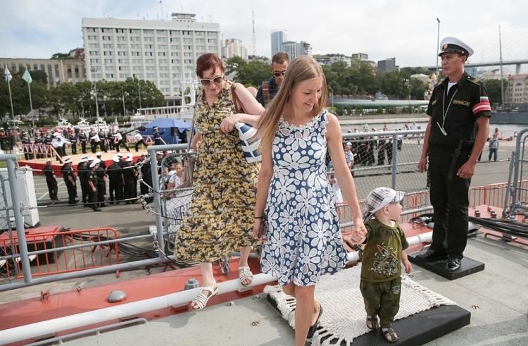 Стало известно, когда можно погулять по кораблям ТОФ и парусникам во Владивостоке