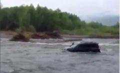 Приморцы «переплыли» бурлящую реку на джипе