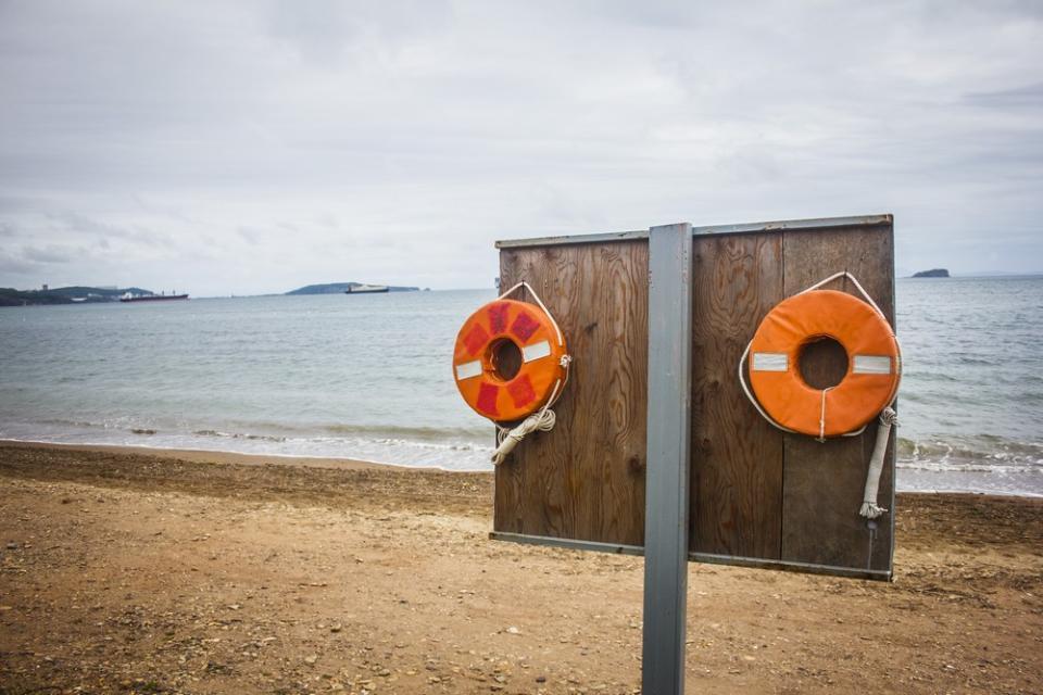 На популярном пляже Приморья стреляют в людей