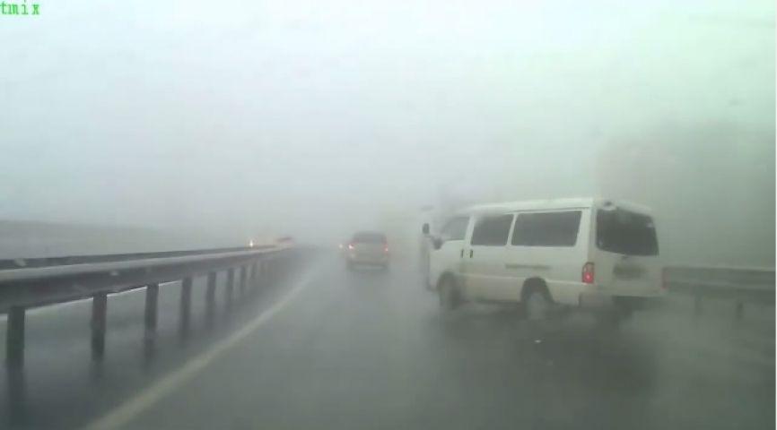 Приморцы сняли на видео, как водитель чудом избежал смерти