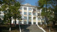 Пьяный охранник уснул прямо на крыльце школы во Владивостоке