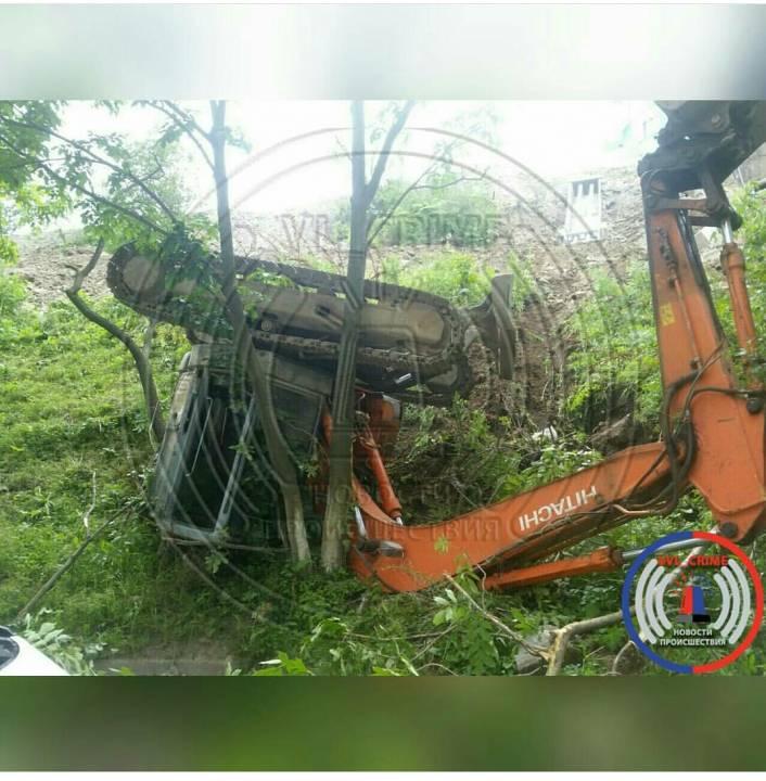 Экскаватор рухнул на припаркованные автомобили во Владивостоке