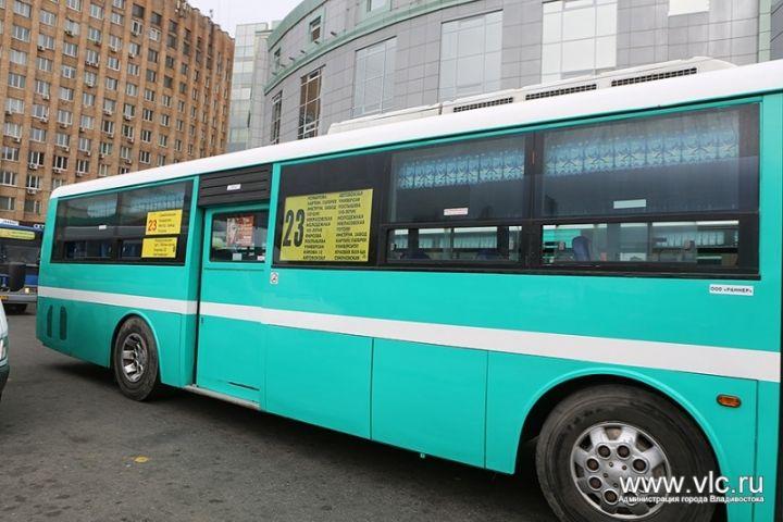 Владивостокцы жалуются на автобусников, подолгу стоящих на остановках
