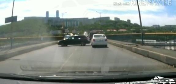 Автоавария блокировала движение по Рудневскому мосту во Владивостоке