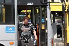 Во Владивостоке водитель автобуса порвал рубашку пассажиру, который сделал ему замечание