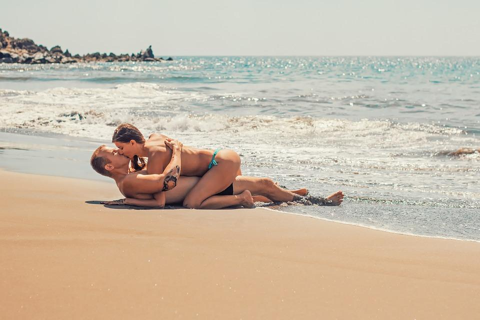 «Неужели нетерпячка?»: мужчина и женщина смутили приморцев своим поведением на пляже