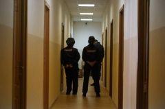 Фекалиями измазали двери поликлиники и банка в центре Владивостока