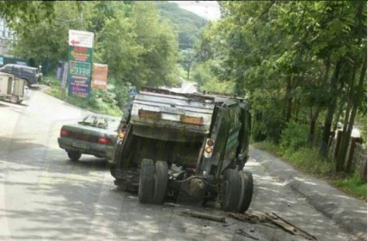 Мусоровоз потерял колеса, уходя от столкновения во Владивостоке