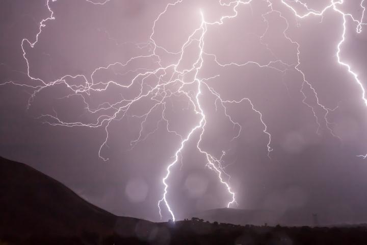В Приморье прогнозируются ливни с грозами: что делать во время опасного явления (памятка)