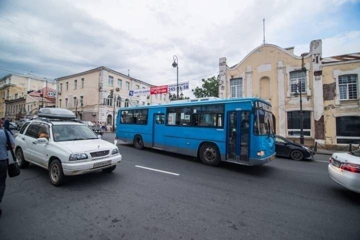 Маршрутный автобус едва не слетел с обрыва на острове Русском