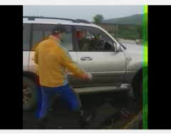 Приморцы нашли способ проехать через рухнувший мост на джипе