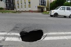 Асфальт неожиданно провалился на оживленной трассе Владивостока