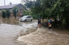 Женщину в Приморье смыло потоком воды в реку
