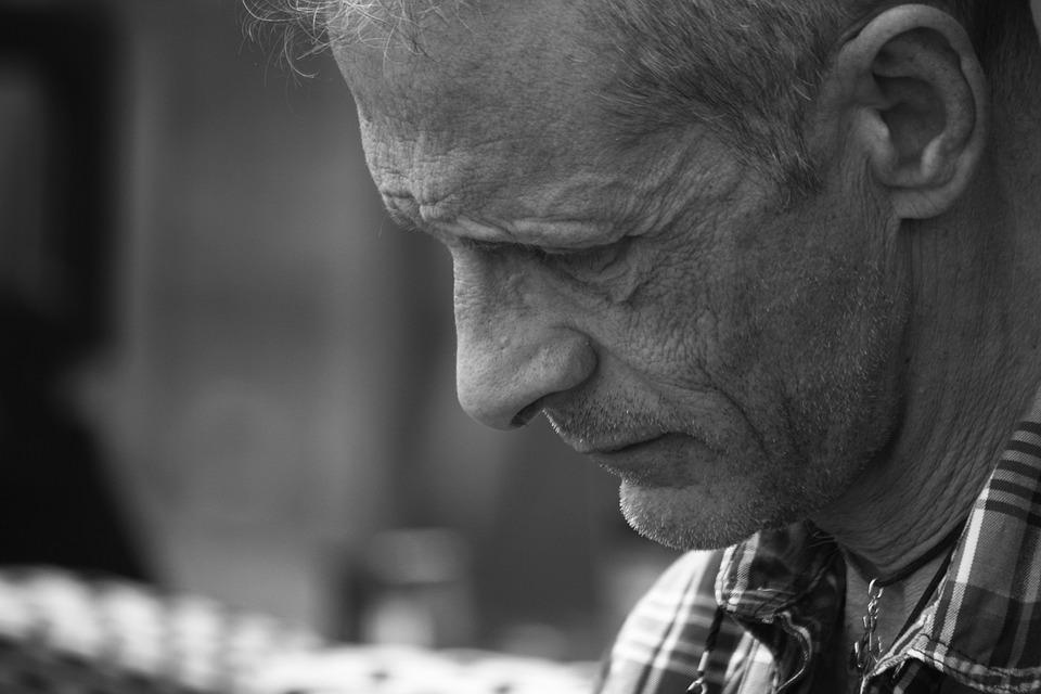 Во Владивостоке пенсионер не смог заплатить за обед в кафе