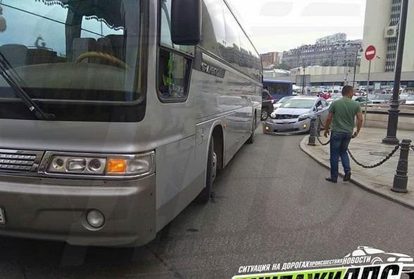 В центре Владивостока туристический автобус попал в ДТП