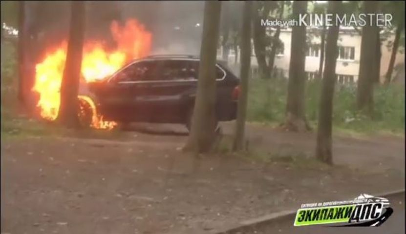Автомобиль BMW горит на улице Иртышской во Владивостоке