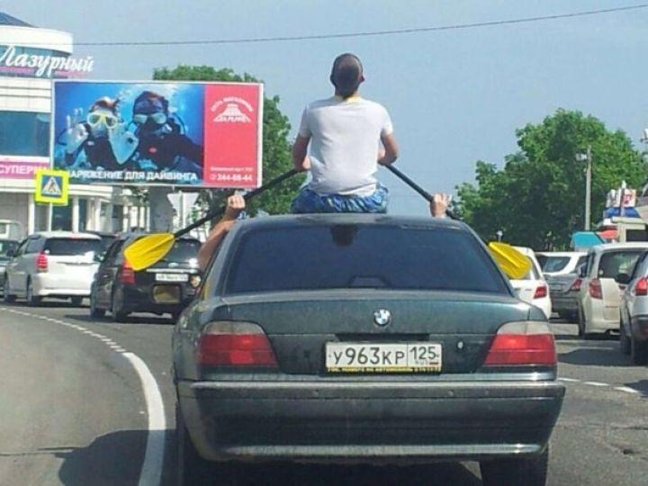 Владивостокцев позабавил мужчина, прокатившийся с веслами на крыше авто