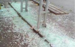 Неизвестные разгромили остановочный павильон во Владивостоке