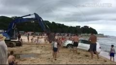 Новенький Toyota Land Cruiser едва не ушел под воду на популярном пляже Приморья