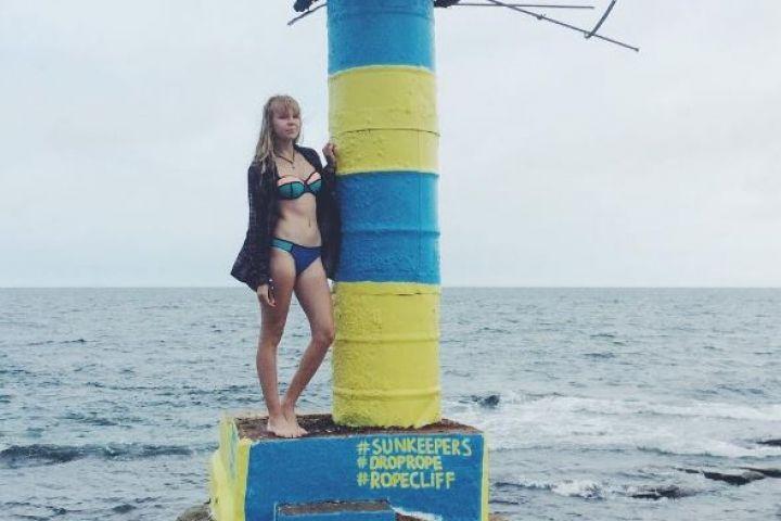 Маяк во Владивостоке покрасили в желто-синий цвет