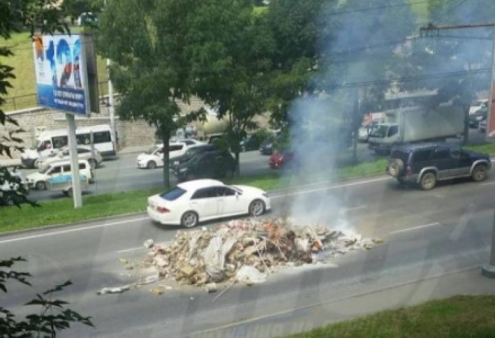 Во Владивостоке горящая куча мусора перекрыла проезжую часть