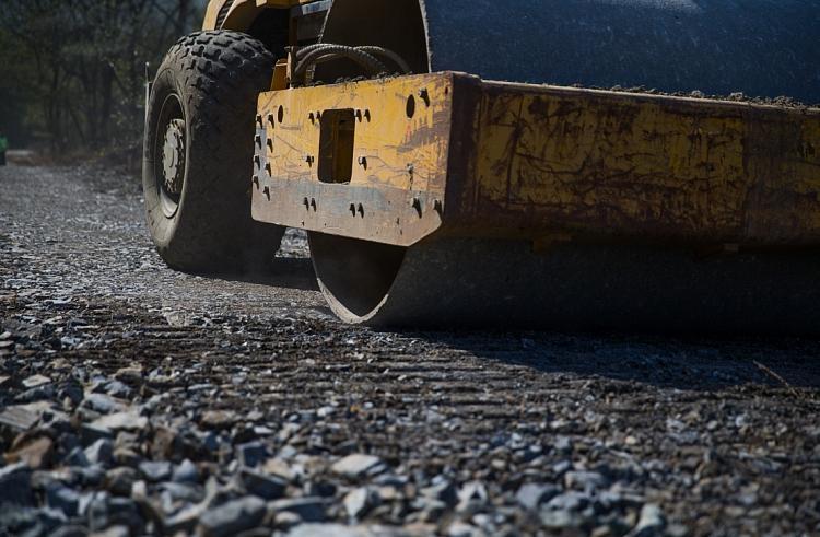 Затопленный участок дороги начали восстанавливать в Приморье