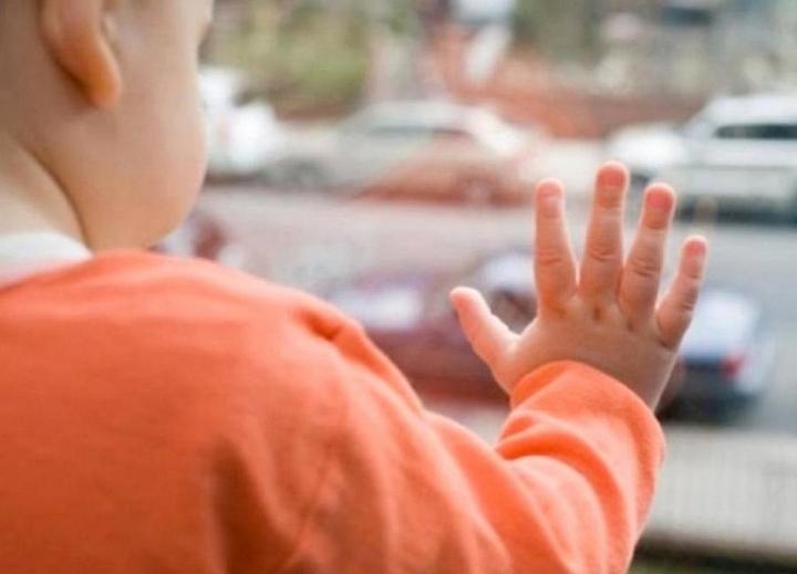Во Владивостоке ребенок выпал из окна 5-го этажа: его поймали прохожие