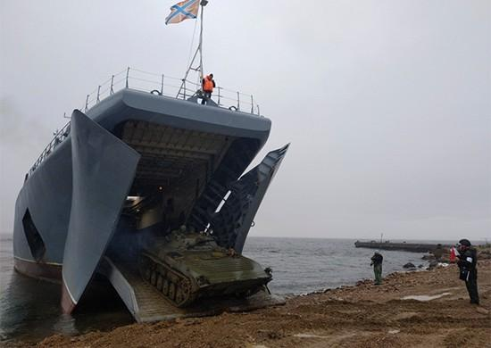 БМП-2 погрузили на корабли в районе Владивостока